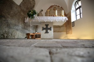 Altare-Eremo-S.-Colombano-AR-visitrovereto-650x433
